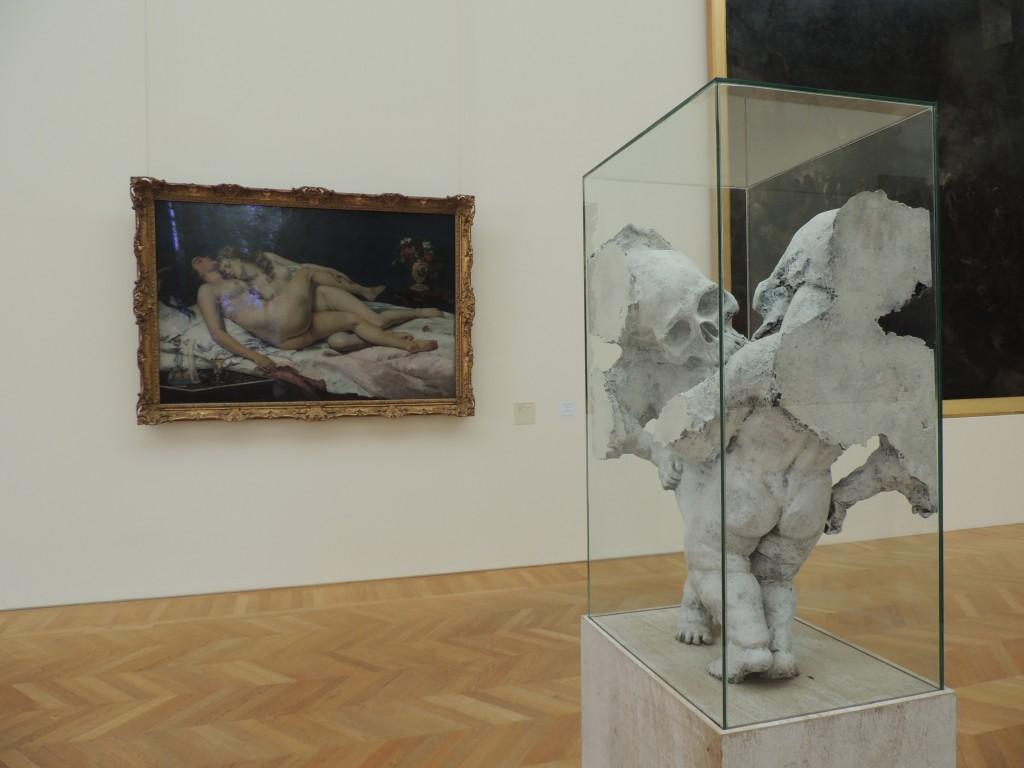 Une étreinte de deux puttsi () répond au Sommeil de Gustave Courbet, Petit Palais