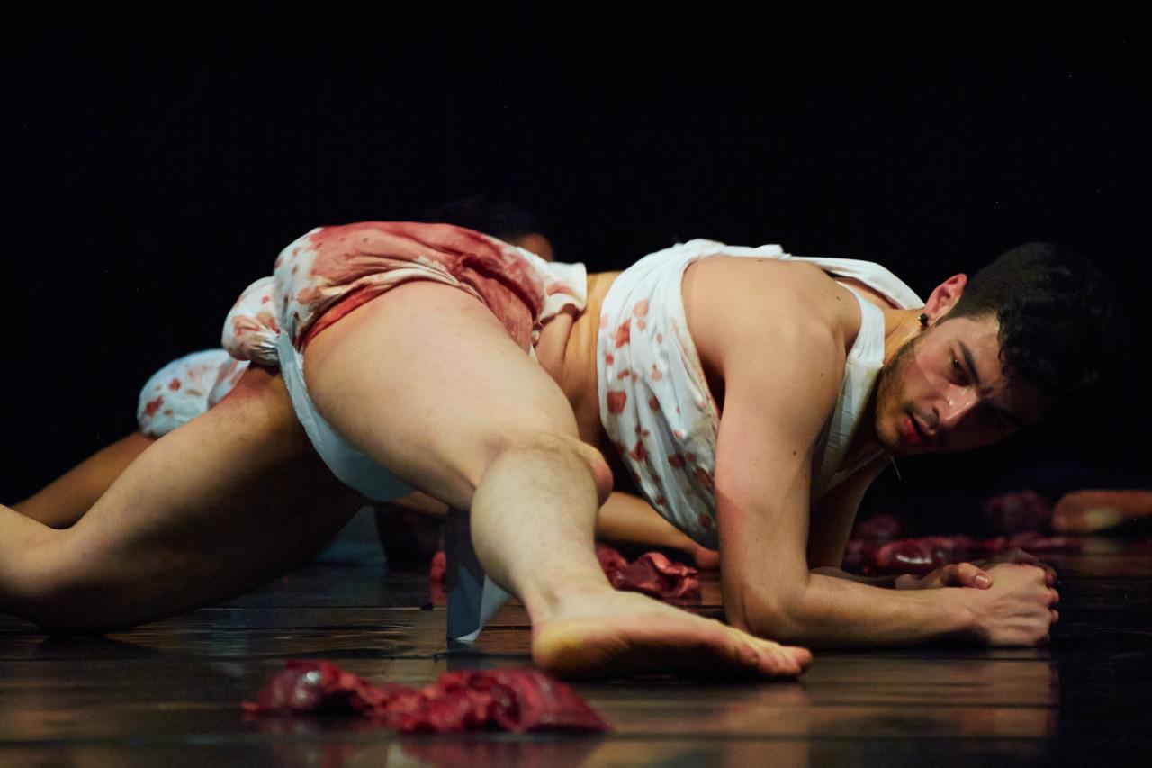 Театр с голыми актрисами, полная версия спектакля с голыми артистами на сцене 14 фотография